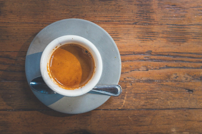 colorer bois avec marc de café