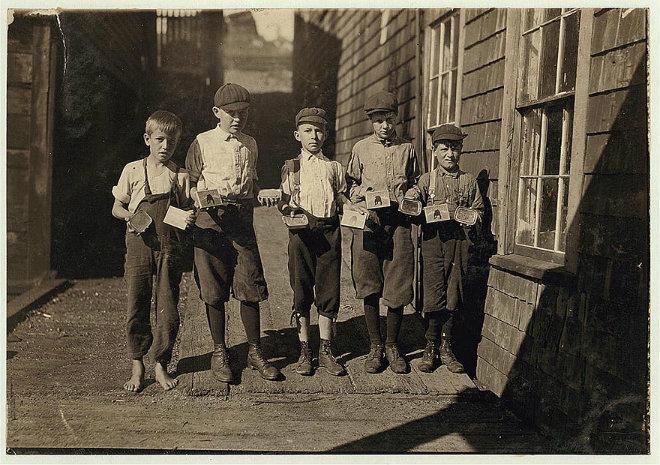 enfants employes usine boite conserve