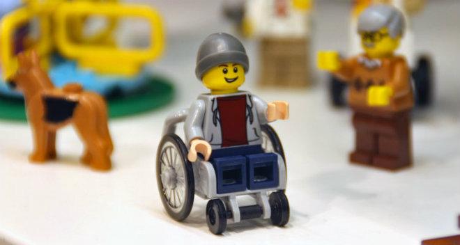 enfant fauteuil roulant lego
