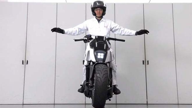d couvrez la moto intelligente de honda qui roule toute seule vid o. Black Bedroom Furniture Sets. Home Design Ideas